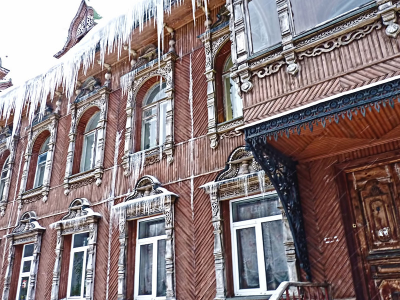 Icicles hanging from a former merchant's home, now an apartment building. (Rybinsk)