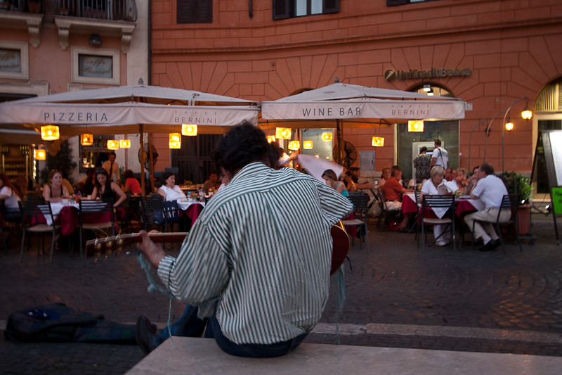 Guitar player in the Piazza Navona