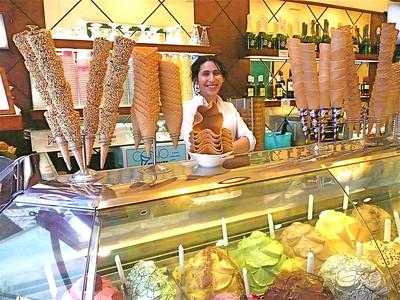Gilato stand, Rome, Italy f0385131,