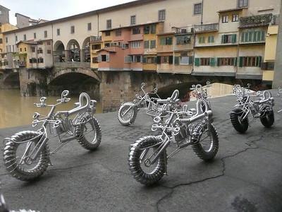 Motorbikes, Arno Bridge, Florence, Italy f0436107