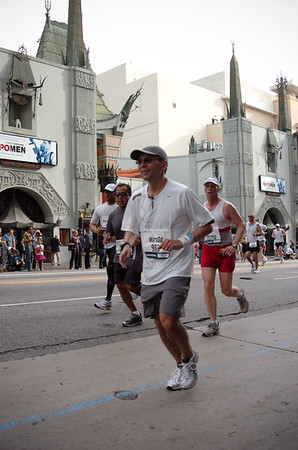 I pass Grauman's Chinese Theater between Mile 11 and 12 (photo by MarathonFoto)