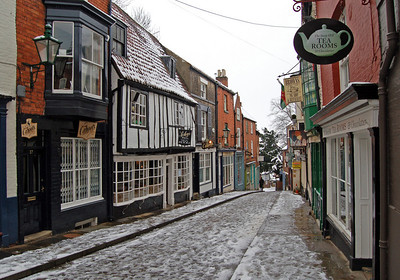 Looking down Steep Hill. I did walk part-way down, but it was dangerously slippy so didn't go far. Amazingly all the tea-shops were open! I was tempted, but carried on..........