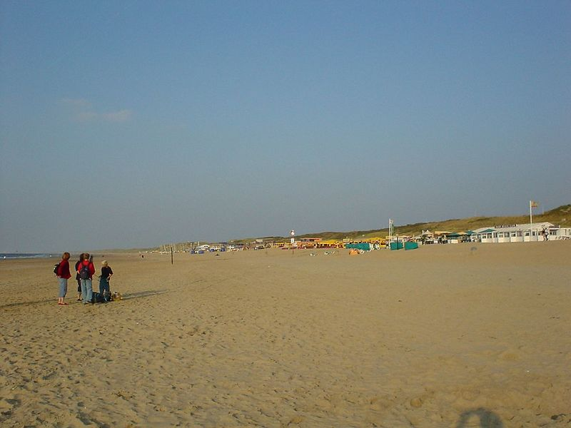 Noorderstrand, Scheveningen...<br />the last day of the summer, Sept 4th 2003 with 23 Celsius. I wanted a set of pictures of the (empty) beach and pay tribute to one the greatest Summers ever!
