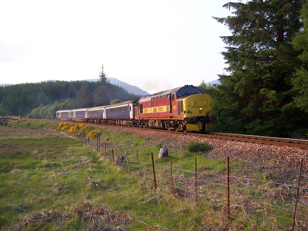 37405 departing Tulloch with the final sleeper booked for class 37 haulage. June 2006.