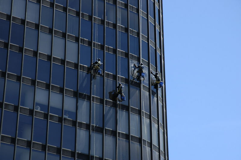 Window washers in Chicago (2005)