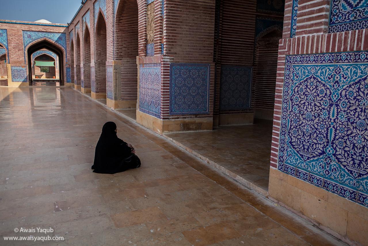 woman in Shah Jahan Mosque, Thatta Sindh Buy Prints online