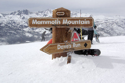 The Mammoth sign continues to shrink.  Though the sky looks gloomy, sun is hitting the peak, it does not seem cold, and the wind is much calmer than expected