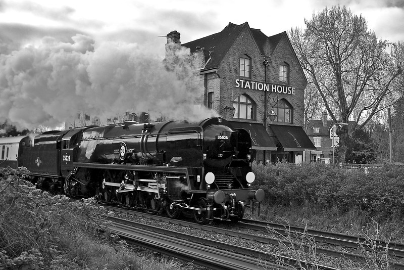 Clan Line British Pullman Station House (Black and White)