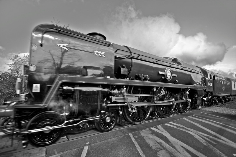 Clan Line British Pullman Barnes 2 (Black & White)