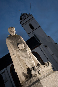 Beeld vissersweduwe met zoon bij Oude Kerk, Katwijk.