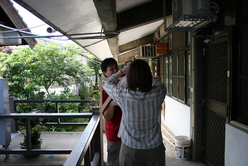 Anne working with Chih-Yuan on cage building.
