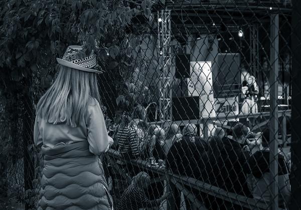 """Åskådare vid staketet tittar på Buktalaren Cecilia Andren aka. Zillah och apan Totte när dom uppträder på dansbanans scen. Cecilia vann """"Talang 2007"""" och är ett återkommande inslag vid Eldfesten. Simbadet,Österbybruk. Eldfesten, Söndag kväll ,14 Augusti 2016 Foto:©Barbro Paulsson / Picturecave"""