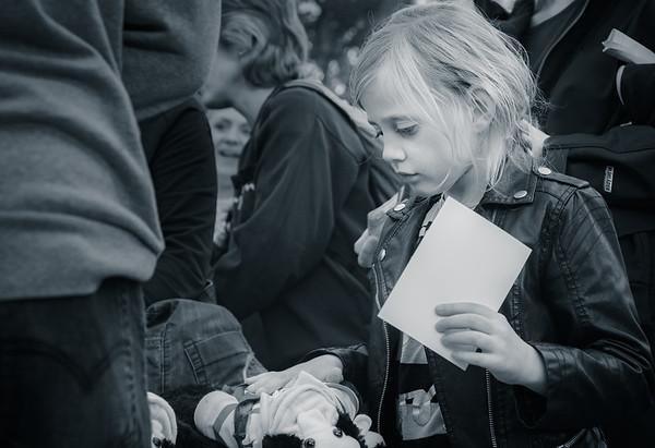 """Buktalaren Cecilia Andren aka. Zillah och apan Totte skriver autografer efter sitt framträdande. Cecilia vann """"Talang 2007"""" och är ett återkommande inslag vid Eldfesten. Simbadet,Österbybruk. Eldfesten, Söndag kväll ,14 Augusti 2016 Foto:©Barbro Paulsson / Picturecave"""