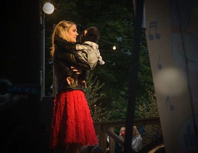 """Både barn och vuxna i publiken då  Buktalaren Cecilia Andren aka. Zillah och apan Totte uppträder på dansbanans scen. Cecilia vann """"Talang 2007"""" och är ett återkommande inslag vid Eldfesten. Simbadet,Österbybruk. Eldfesten, Söndag kväll ,14 Augusti 2016 Foto:©Barbro Paulsson / Picturecave"""