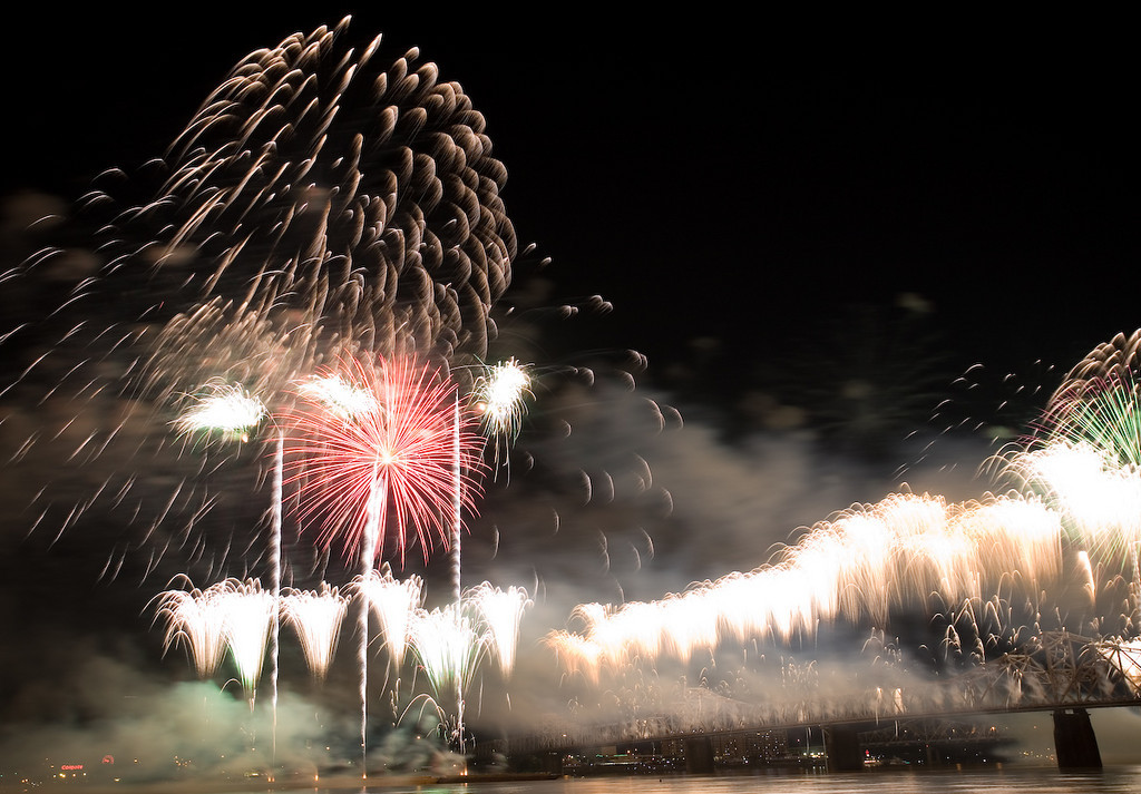 The beginning of 28 continuous minutes of the 'biggest fireworks display in North America'.