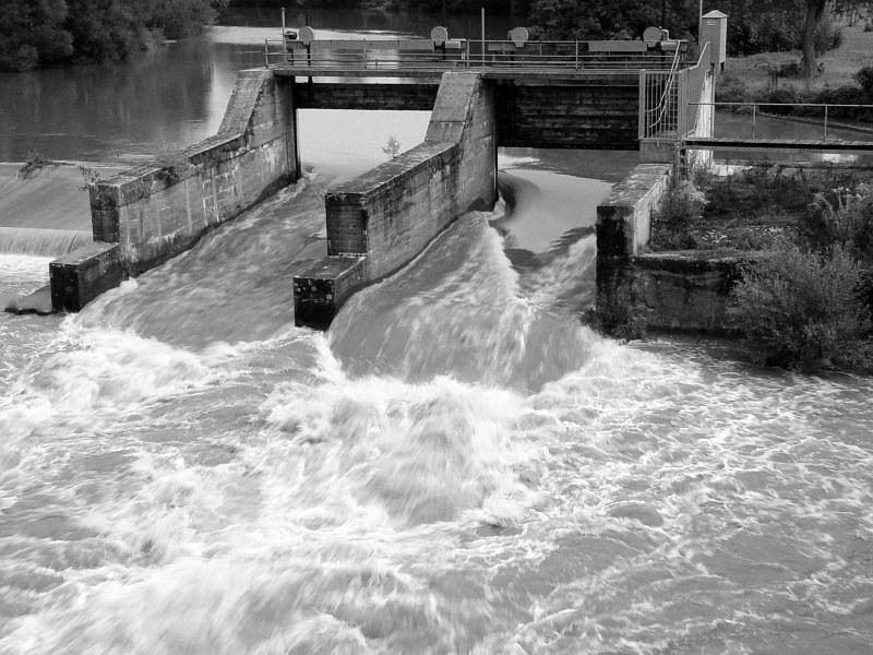 2005-09-13_06318 per Zug nach Lichtenfels - hier fließt der reissende Main durch having arrived in Lichtenfels by train - here the torrential river Main flows through