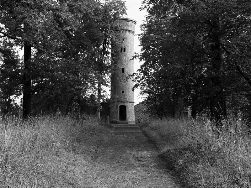 2005-09-13_06310 das soll wohl der Turm vom Labyrinthberg sein - das Labyrinth hab ich allerdings nicht gefunden - hab wohl ne Falltür übersehen this is supposed to be the tower of the Labyrinthberg, but I haven't found a labyrinth - maybe I missed a trap door
