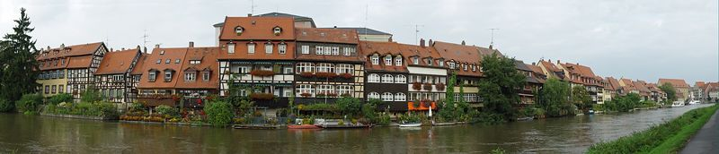 2005-09-14_06471 Klein Venedig in Bamberg am linken Regnitzarm auf der Inselstadt (Panorama aus 8 Teilbildern)Klein Venedig (ittle Venice) in Bamberg - located on the Inselstadt (city center surrounded by the river Regnitz) - panorama out of 8 pictures