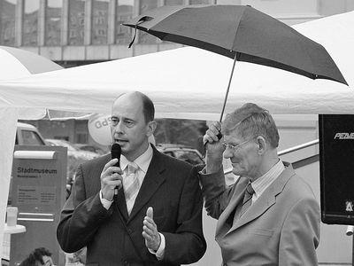 2005-09-11_06274 Wolfgang Tiefensee, Leipzigs Oberbürgermeister, ist mit etwas Verspätung doch noch in Gera beim SPD-Stand eingetroffen Wolfgang Tiefensee, mayor of Leipzig, arrived a later at the SPD election rally in Gera