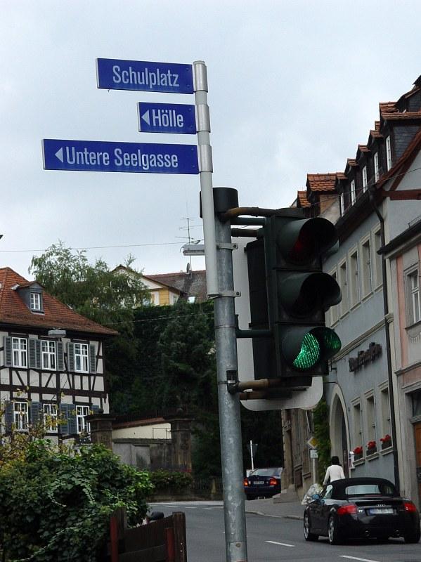 2005-09-14_06432 nette Kombination: Schulplatz - Hölle - Untere Seelgasse nice combination: Schulplatz (school place) - Hölle (hell) - Untere Seelgasse (lower soul alley)