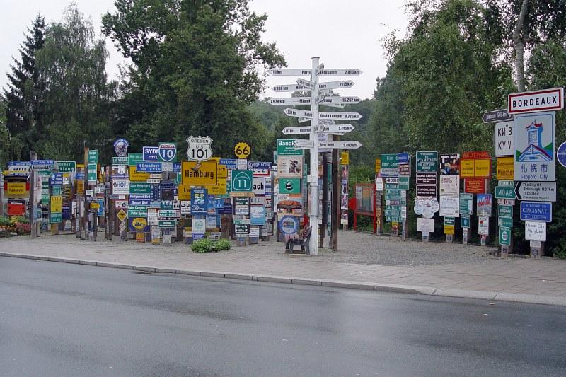 2005-09-12_06292 zu erst hab ich nur auf die weissen Wegweiser geschaut - danach sind mir die restlichen Schilder auch aufgefallen :) Willkommen im Hofer Fernweh Park at first I just looked at the white signs - I noticed the rest of the signs later on :) Welcome to the Fernweh Park (Sign Post Forest) in Hof!
