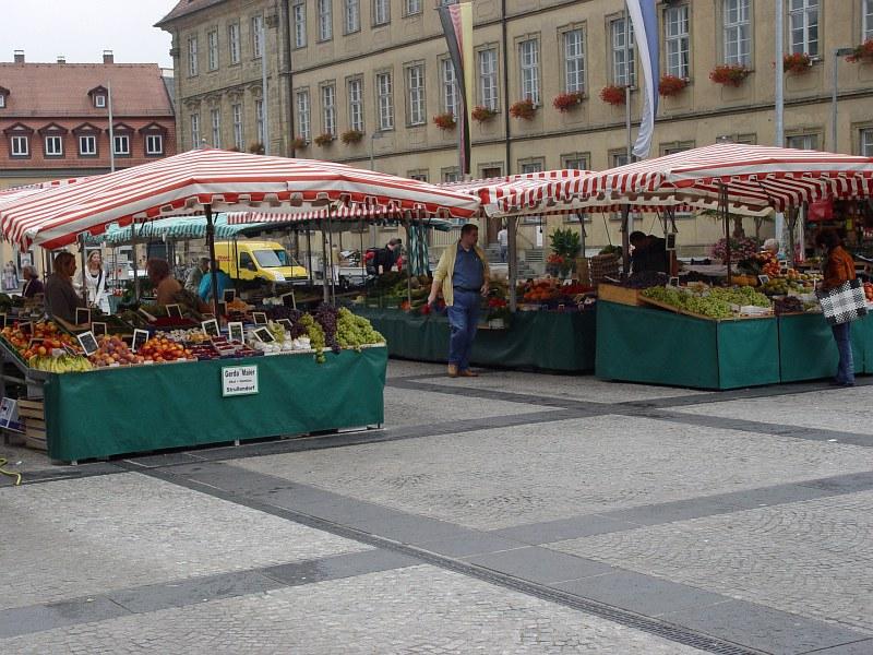 2005-09-15_06501 Gemüse- und Obststände auf dem Maximillianplatz mit dem Rathaus im Hintergrund vegetable and fruit vendors on the Maximillianplatz with the City Hall in the background