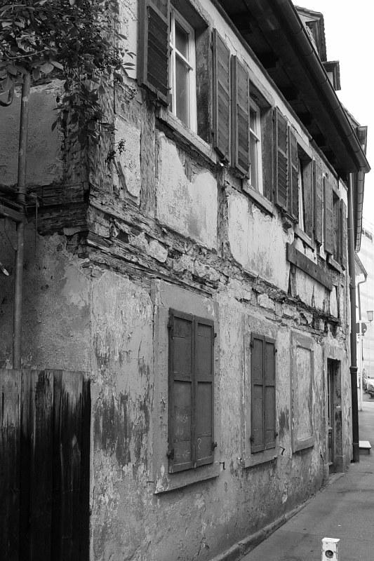 2005-09-14_06431 heruntergekommene Häuser #2 - in der Parallelstrasse zur Hölle (siehe nächstes Bild) run-down houses #2 - in a street parallel to a street named Hölle (hell) - see next picture