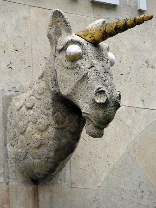 2005-09-15_06503 Einhornkopf mit riesigen weissen Augen und goldenen Horn unicornhead with huge white eyes and a golden horn