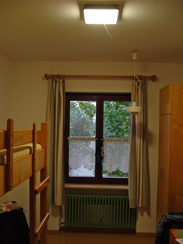 2005-09-12_06286 Ankunft in der Jugendherberge in Hof - mein Zimmer hatte eine besondere Ausstattung mit 2 Deckenlampen, allerdings fehlte der 2. die Glühlampe Arrival in th youth hostel in Hof - my room was equiped with two ceiling lights instead of just one, but the second one was missing a light bulb