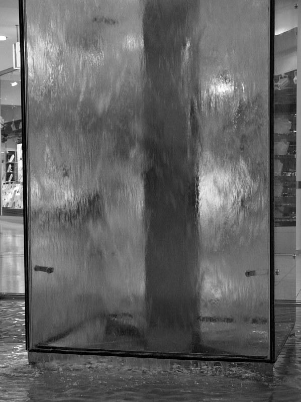 2005-09-11_06276 Außer dieser Wasserwand gabs in den Geraer Arkaden nichts zu sehen ausser geschlossenen Läden, die aber ab 14:00 eigentlich geöffnet sein sollten - die Arkaden an sich waren zumindest offen. Apart from this glasswall of water and closed stores there wasn't much to see in the Geraer Arkaden (shopping mall in Gera). Although the shops should be open this Sunday from 2pm - at least the mall itself was accessible.