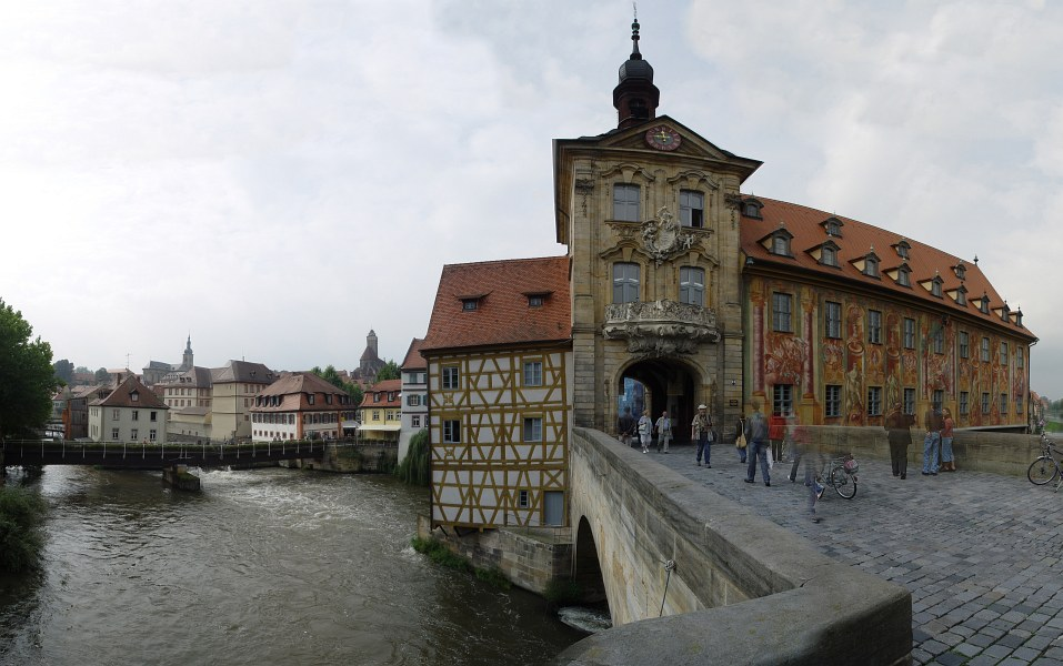 2005-09-14_06411 das Alte Rathaus auf der Oberen Brücke mit Blick in Richtung Süd-West zur Bergstadt von Bamberg (Panorama aus 11 Teilbildern)the Alte Rathaus (old city hall) on the Oberen Brücke (bridge) with a south-west view towards the Bergstadt (city district which is located on a hill as part of the city center) of Bamberg. (panorama out of 11 pictures)