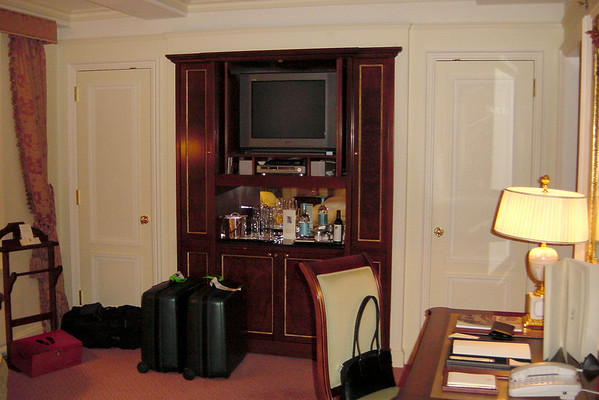 Ritz - minibar and tv