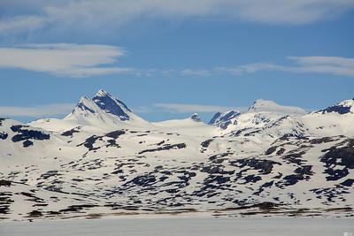 The Uranos peak (2157 m) and the Mjoelkedal's gacier. / Uranostind (2157 moh) og Mjølkedalsbreen.