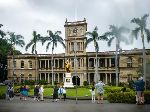 Linda drives us back to Waikiki via South King Street and I suddenly hear the Hawaii Five-O theme in my head...
