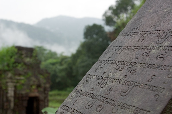 Cham writing reminds me of script from The Lord of the Rings
