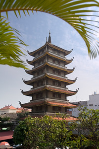 Phuc takes us to the largest pagoda in Saigon...