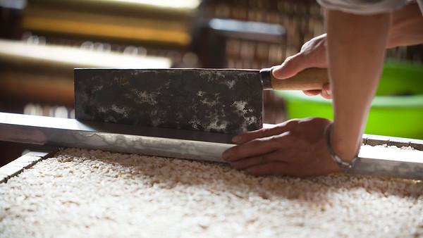 Cutting puffed rice into rectangular blocks