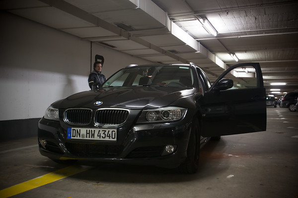 Hanno and I inspect the car before we leave the garage.