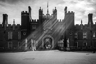 The entrance to Hampton Court Palace.  This has been high on Valerie's list of places to see while we are in London...largely because she was a fan of Showtime's TV series The Tudors.