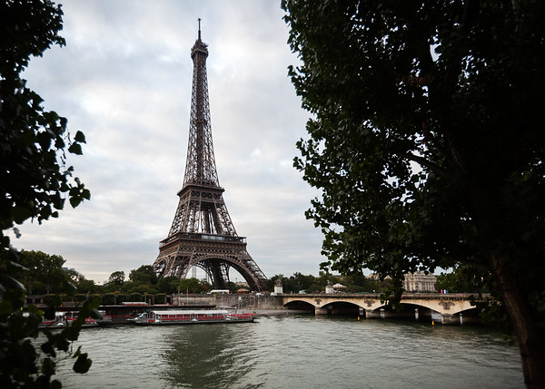 Tour Eiffel rising over La Seine