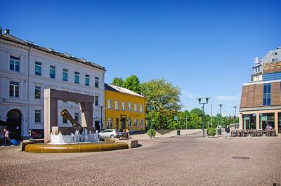 Rådhusgata (Town Hall street) and the fountain with Christian IV's glove. / Rådhusgata og fontenen med Christian IV's hanske.