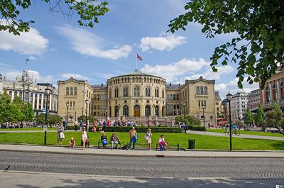 Stortinget (the Norwegian Parliament) in Oslo on a summer day. / Stortinget i Oslo en sommer dag.