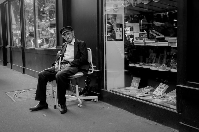 A l'extérieur de la librairie de la rue de Bretagne