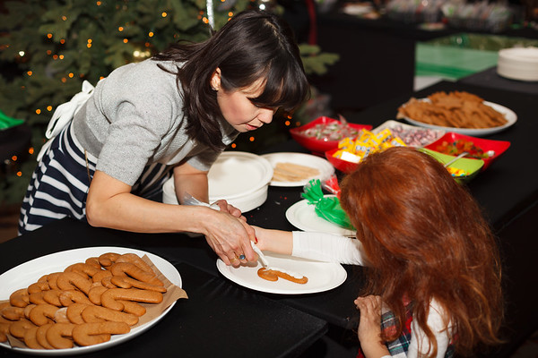 Valerie decorates a ginger bread for Sezin and Emre's daughter