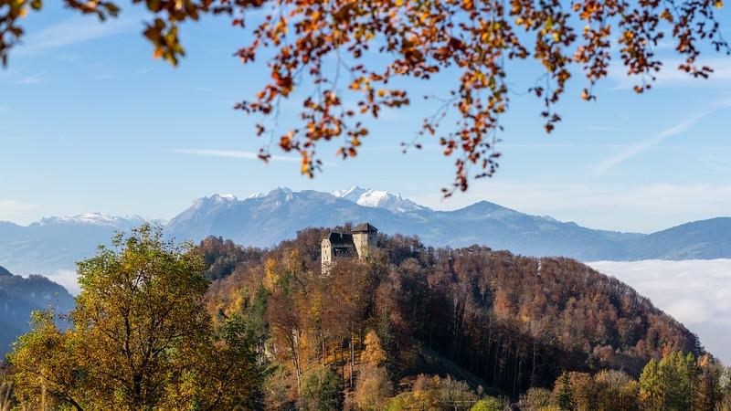 Schloss Glopper mit Schweizer Bergen