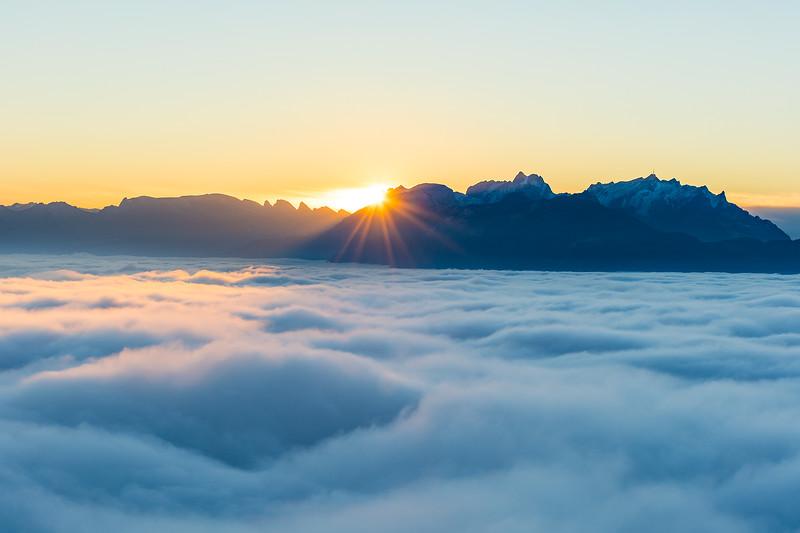 Nebel über dem Rheintal mit Blick auf die Schweizer Berge