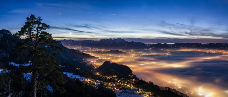 Breiter Berg mit Nebel bis Hohenems