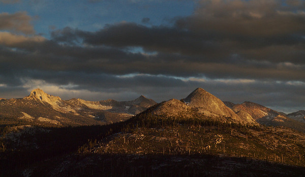 <center><b> Yosemite - View from Sentinal Dome</b><center><br>A view at sunset from around the Sentinel Dome area.