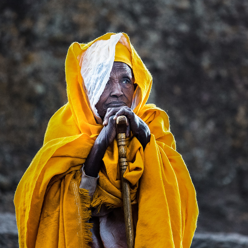Every Sunday all the villagers around Lalibela gathers near the ancient churches for the weekly mass. A truly fascinating sight as hundreds of people adorned in yellow and while cloaks are chanting or standing still in a moment of prayer, completely ignoring the outside world and just being present.