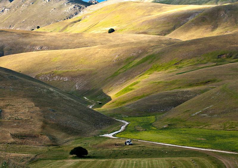 Into the valley (Piano Grande di Castelluccio, Italy 2012)